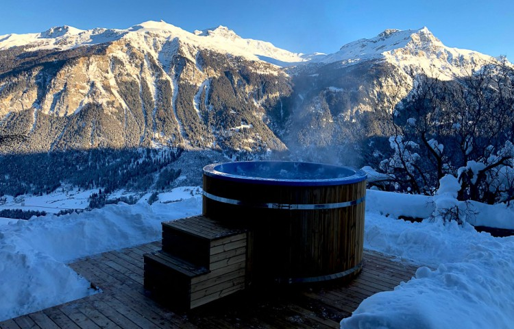 Hot tub with integrated heater and SPA